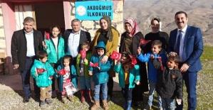 Şehit Eşi Asuman İlbaş'tan Şehit ve Yoksul Çocuklara Giyim Yardımı