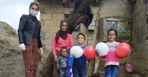 Şirvan'da Bir Öğretmen Ev Ev Dolaşıp Öğrencilerine 23 Nisan Sürprizi Yaptı