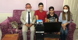 AK Parti Merkez İlçe Başkanı Öner Geyik, Uzaktan Eğitim Gören İki Ailenin Çocuklarını Sevindirdi