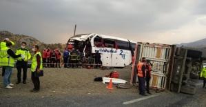 Tır ve Yolcu  Otobüsü Çarpıştı: 4 Ölü, 10 Yaralı