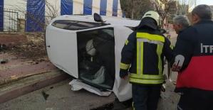 Ağaçları Devirerek Yan Yatan Otomobilde 2 Kişi Yaralandı