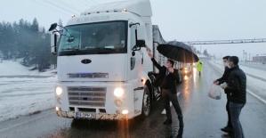 Baykan İlçesinde Kar'dan Dolayı Mahsur Kalan Sürücülere Kumanya Dağıtıldı