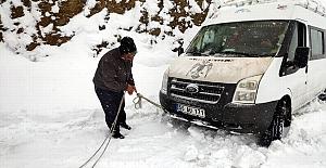 Karda Mahsur Kalan Yolcu Minübüsünü Özel İdare Ekipleri Kurtardıl