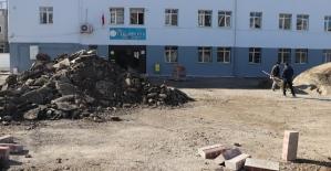 Siirt Belediyesi Okullarda Parke ve Duvar Çalışması Başlattı