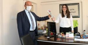 Gençlik Hizmetleri Spor İl Müdürü Hüssam Olgaç, Kadınlara Karanfil Dağıttı