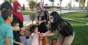 """Siirt'te """"En İyi Narkotik Polisi Anne"""" Projesi Kapsamında Şeker ve Broşür Dağıtıldı"""