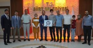 Vali Hacıbektaşoğlu, LGS Siirt Birincisi Suriyeli Dlyar Safo'yu Ödüllendirdi