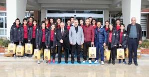 Siirt Şehit Zafer Kılıç Spor Lisesi Bayan Futbol Takımından Çaykur'a Teşekkür Ziyareti