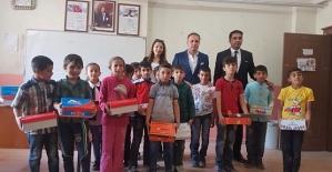 Pervari Belediye Başkanı Tayyar Özcan'dan Öğrencilere Karne Hediyesi