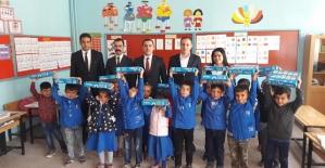Pervari'de 1000 Öğrenciye Eğitim Seti Dağıtıldı