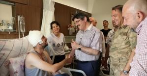 Cumhurbaşkanı Danışmanı Yasin Aktay, Yaralanan Askeri Hastanede Ziyaret Etti
